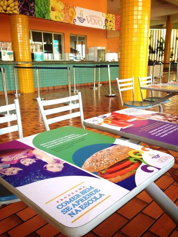 Campanha de lançamento: adesivos estimulando os habitos saudaveis colados nas mesas da cantina