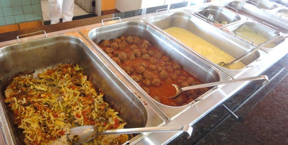karen-buffet para almoco de toda familia com caldos e molhos frescos