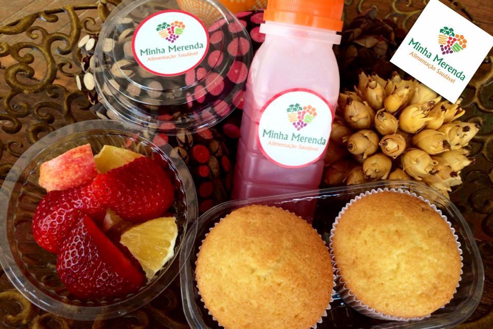 Este kit do dia contém mix de frutas com morango, laranja lima e maçã; suco de melancia; bolo de maracujá com açúcar baunilhado