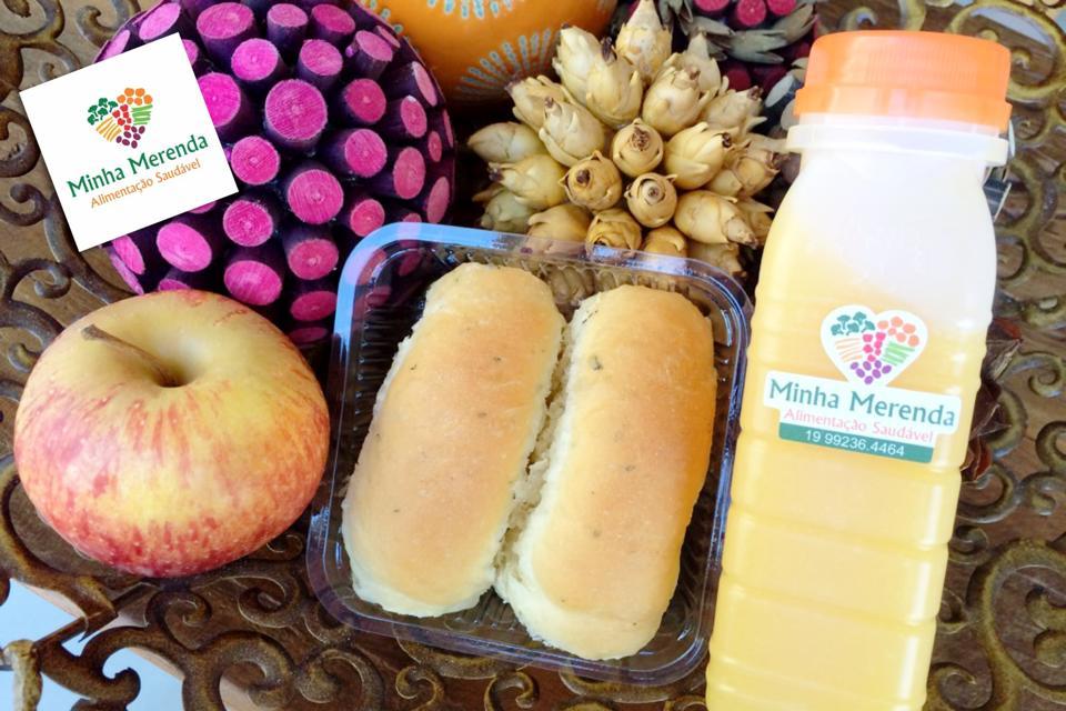 Este kit contém pãozinho caseiro de ervas, fresquinho fresquinho; suco de manga, que mais parece um creme; e  maçã