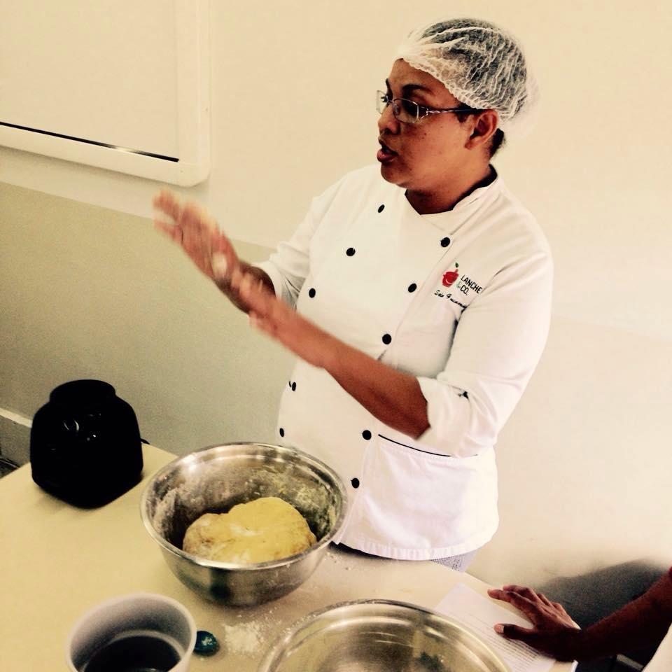 A Chef Selma, na aula de pães caseiros para os pais