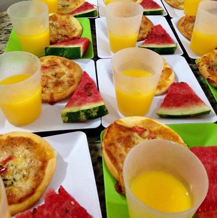 pizza nutritiva de espinafre e beterraba - vão no molho de tomate - Suco de laranja natural e melancia